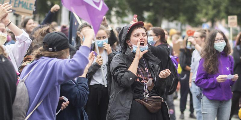 A 15h24, l'instant à partir duquel les femmes ne sont plus payées, selon les statistiques de la différence salariale entre les sexes, les manifestants ont occupé l'espace sonore et brandi des pancartes. (A 15h24, l'instant à partir duquel les femmes ne sont plus payées, selon les statistiques de la différence salariale entre les sexes, les manifestants ont occupé l'espace sonore et brandi des pancartes. (©KEYSTONE/ENNIO LEANZA))