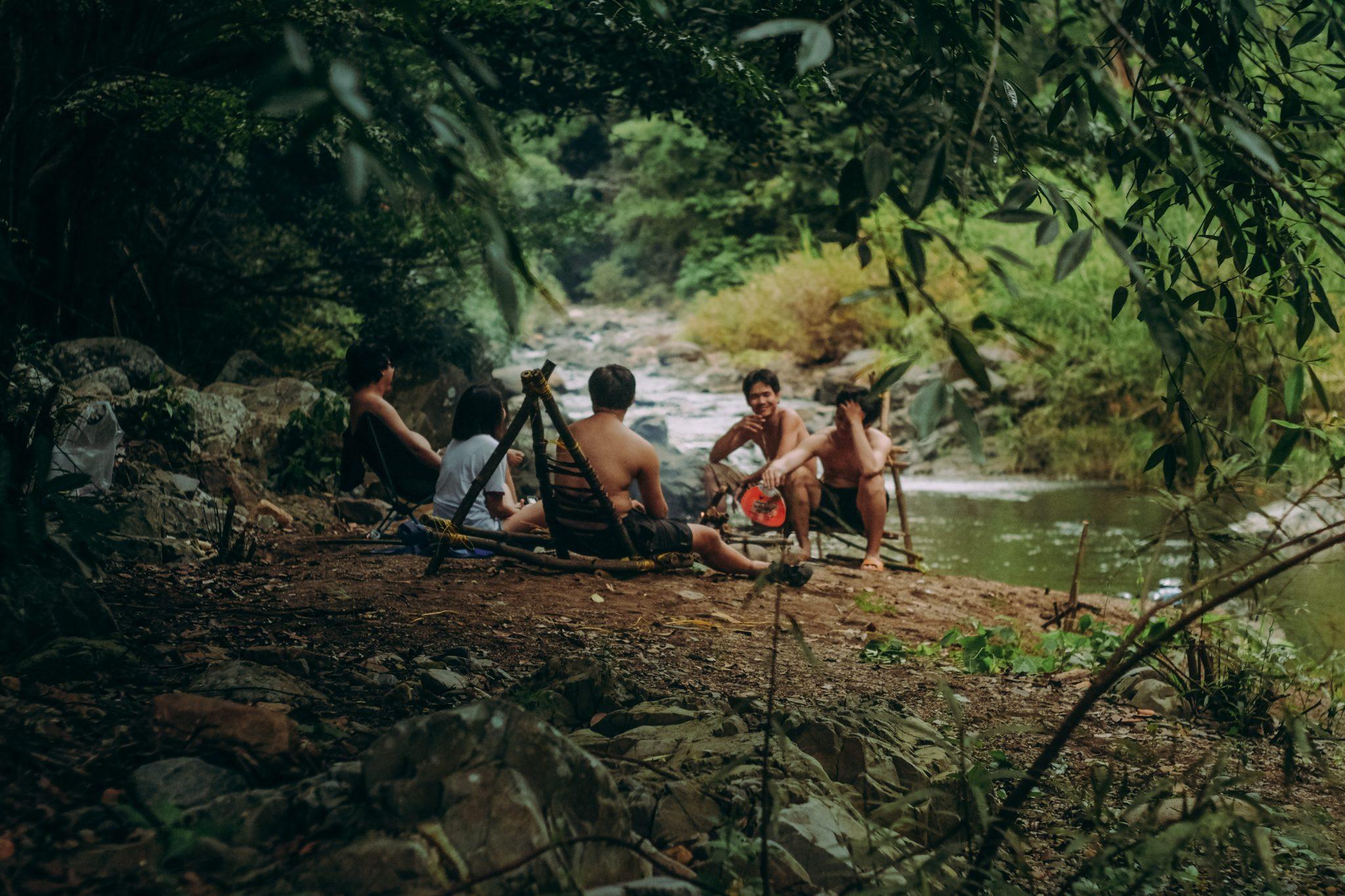 Jeunes bord eau rivière fleuve