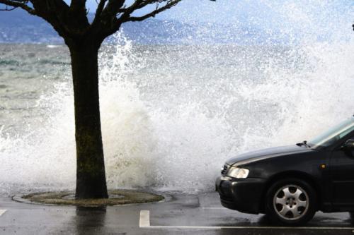 Impressionnantes vagues à Lutry (VD)