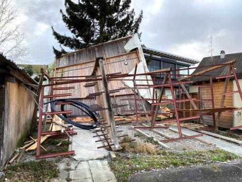 Une toiture ne résiste pas à la tempête à Neuheim (ZG)