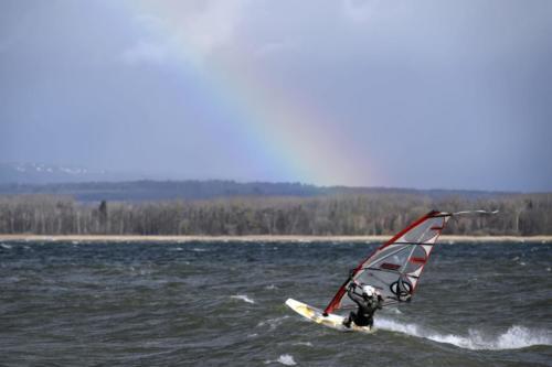 Des véliplanchistes profitent de la météo exceptionnelle sur le lac de Morat